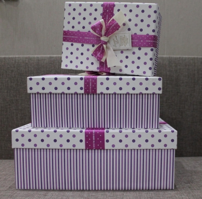 Коробка бело-фиолетовая с бантом, прямоугольная
