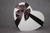 Коробка бежево-шоколадная в виде сердца с бантом